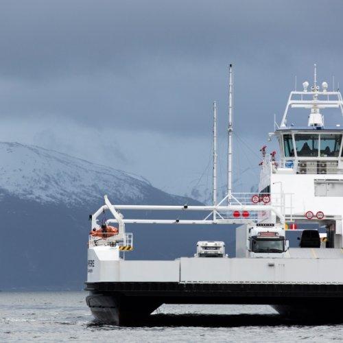 Die vollständig elektrische Fähre fährt in jeweils etwa 20 Minuten 34 Mal am Tag die sechs Kilometer über den Fjord.