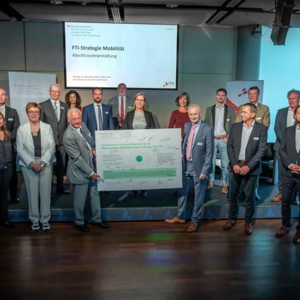 1. Reihe v. l. n. r.: Josef Fiala (ASFINAG), Angelika Rauch (tbw research GesmbH), Theresia Vogel (Klima- und Energiefonds), Kari Kapsch (Kapsch Group & Verband der Bahnindustrie), Anton Plimon (AIT), Martin Russ (AustriaTech GmbH), Michael Nöst (A3PS), Beate Färber-Venz (Venz GmbH & WKNÖ); 2. Reihe v. l. n. r.: Jochen Holzfeind (voestalpine Railway Systems GmbH), Klaus Pseiner (FFG), Elisabeth Felberbauer (Bike Citizen), Stefan Schnöll (Land Salzburg), Andreas Matthä (ÖBB Holding AG), Leonore Gewessler (BM