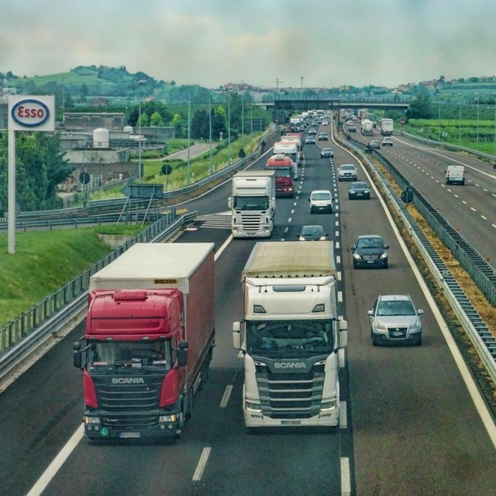 EU legt Kohlenstoffdioxid-Ausstoß für Lkw und Busse fest